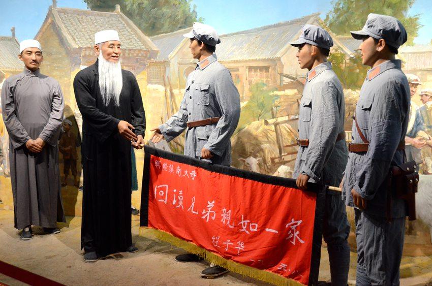 纪念馆内所展示的红红二十五军军长程子华在1935年8月赠送西吉县兴隆镇南大寺锦旗的场景。阎梦婕 摄